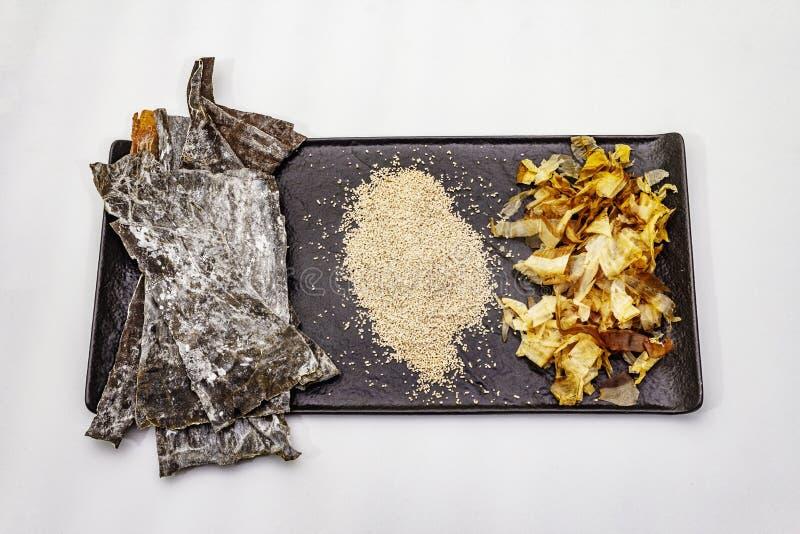 Conjunto de ingredientes japoneses tradicionales para cocinar caldo dashi básico Algae kombu, katsuobushi y gránulos secos acabad fotografía de archivo