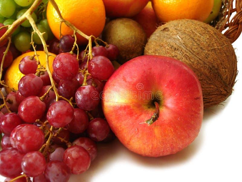 Conjunto de las frutas frescas (manzana, Cocos, uvas y naranja rojos) fotos de archivo