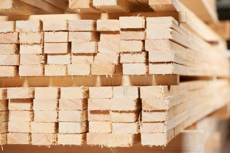 Conjunto de los materiales de madera de la madera de construcción fotos de archivo