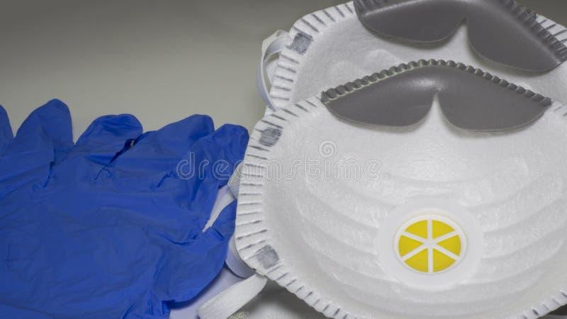 Conjunto de máscaras médicas FFP2 y guantes médicos azules desechables Protección contra la contaminación, los virus, la gripe y  foto de archivo