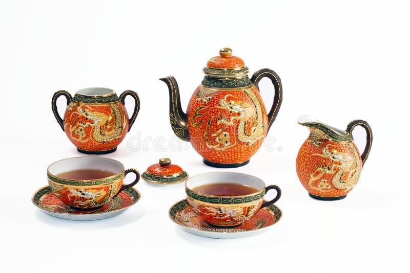 Conjunto de té chino antiguo con adorno del dragón fotos de archivo