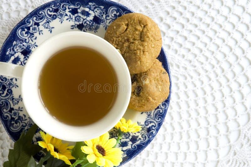 Conjunto de té de tarde en tapa foto de archivo libre de regalías