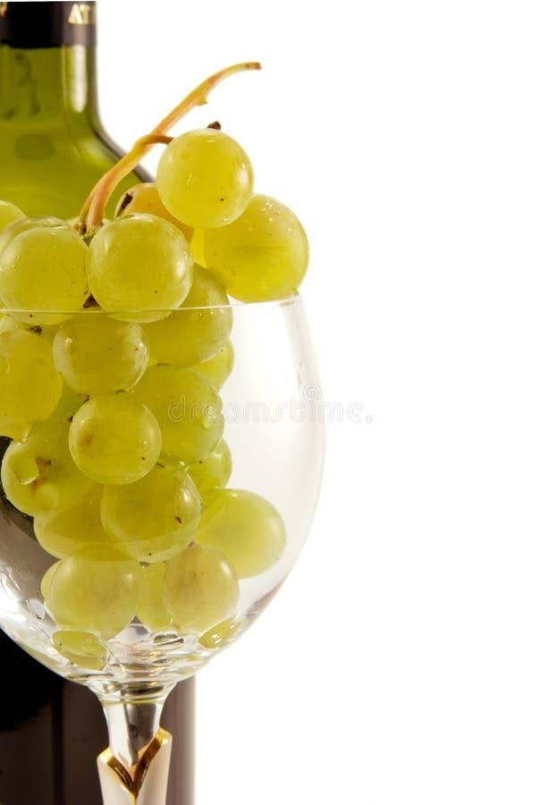 Conjunto de uvas no wineglass imagens de stock royalty free