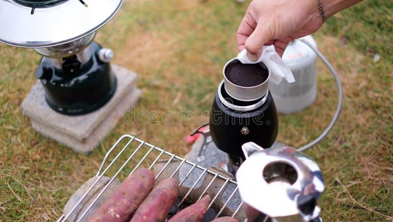 Conjunto de, visão parcial preparando o expresso com um tradicional para fazer o café em pó e uma gota de água quente no café foto de stock royalty free