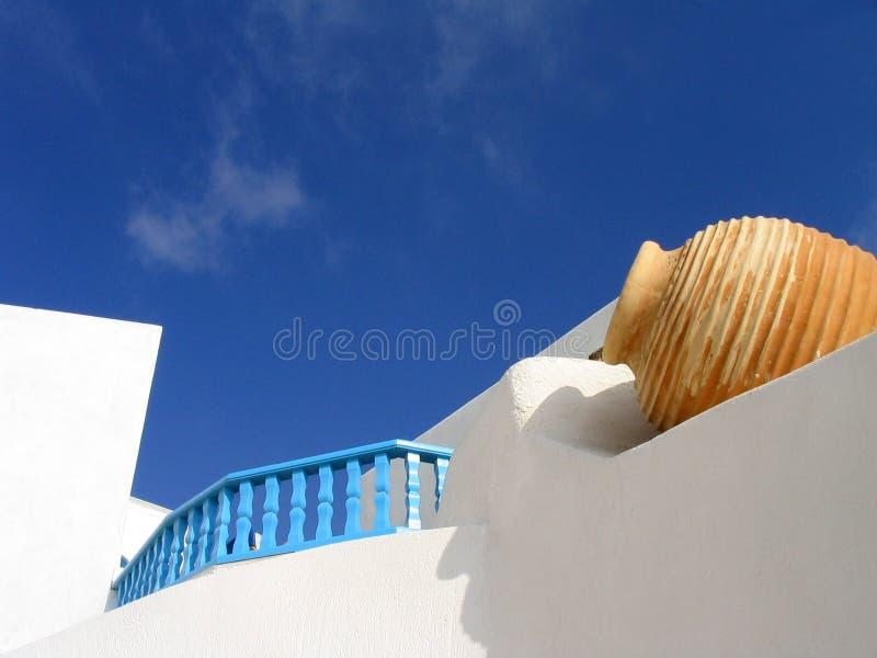Conjunto del florero en pared blanqueada. Santorini, Grecia fotos de archivo libres de regalías