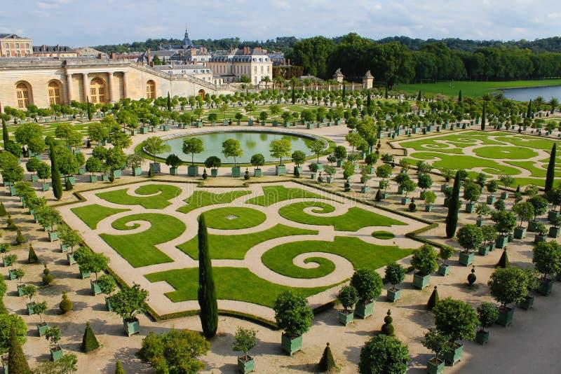 Conjunto do pal?cio e do parque em Fran?a Castelo real com jardins e as fontes bonitos imagens de stock royalty free