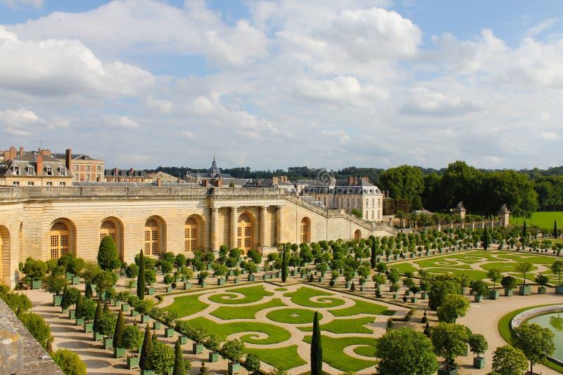 Conjunto do pal?cio e do parque em Fran?a Castelo real com jardins e as fontes bonitos fotos de stock