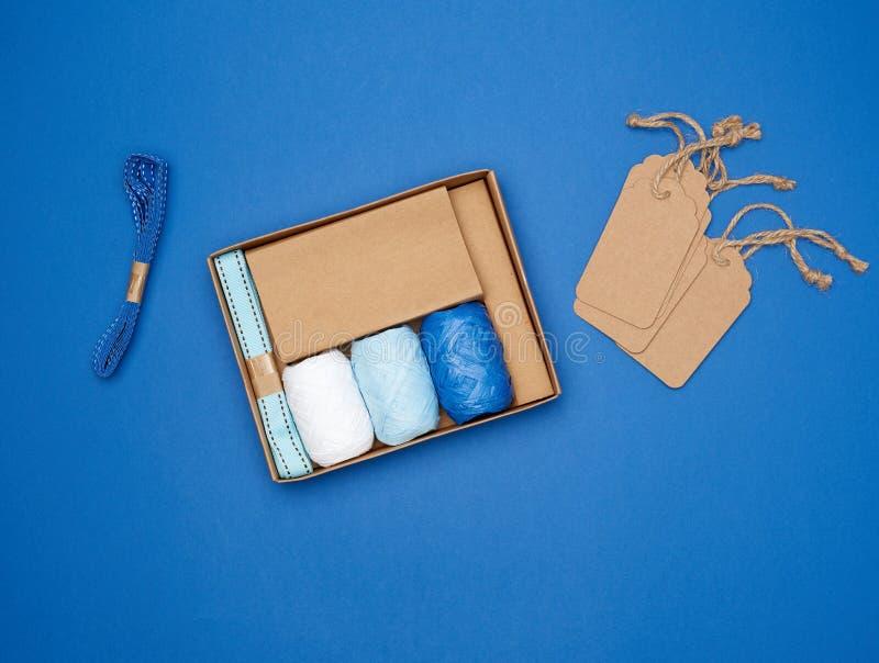 Conjunto para empacotar presentes de feriado em um plano de fundo azul fotos de stock
