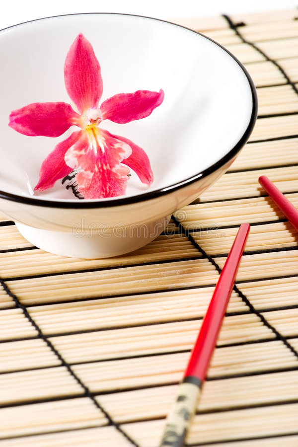 Conjunto rojo de la orquídea y del sushi imagen de archivo