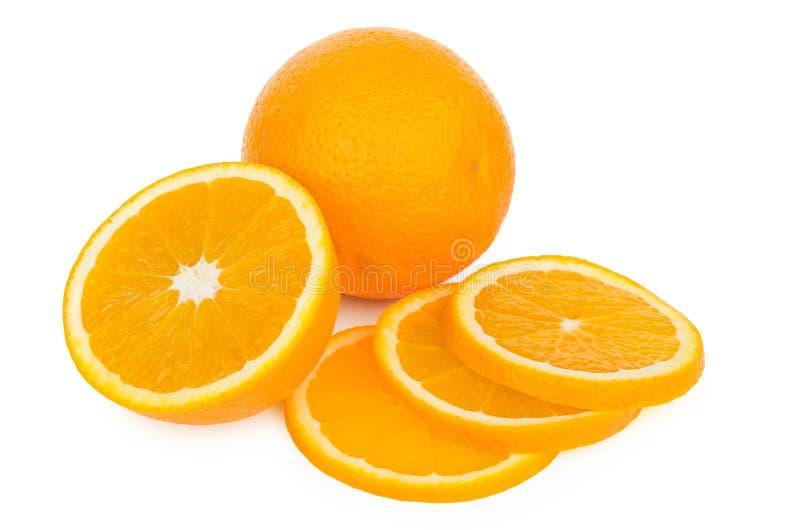 Conjunto y corte en la naranja de los pedazos aislada en blanco imagen de archivo libre de regalías