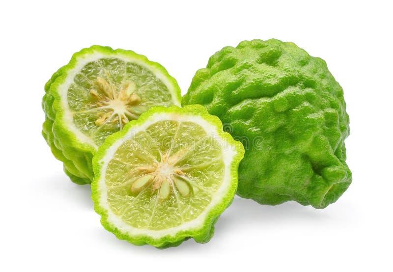 Conjunto y mitad de la bergamota fresca verde aislada en blanco imagenes de archivo