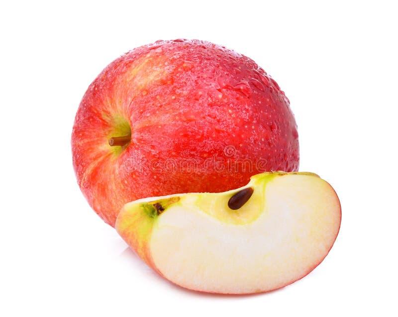 Conjunto y rebanada de manzana roja de la gala fresca con el descenso del agua imagenes de archivo