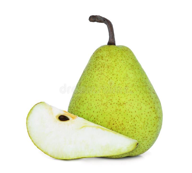 Conjunto y rebanada de pera verde del packham aislada en blanco foto de archivo
