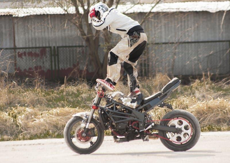 Conluio que monta uma posição da motocicleta imagem de stock