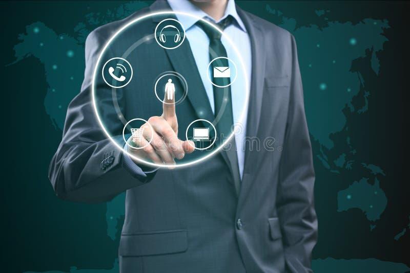 Conmovedor éntrenos en contacto con concepto en la pantalla visual Hombre de negocios que presiona el botón stock de ilustración