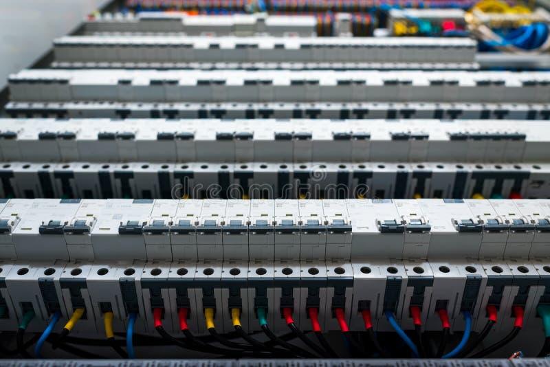 Conmutadores en el panel eléctrico imagen de archivo