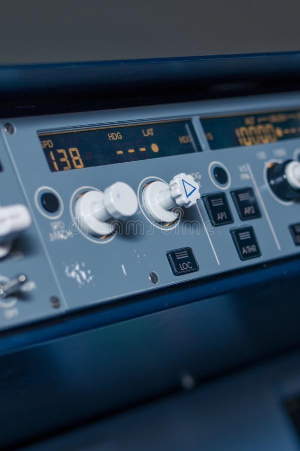 Conmutadores y sensores en el tablero de instrumentos en la cabina del avión de pasajeros fotografía de archivo libre de regalías