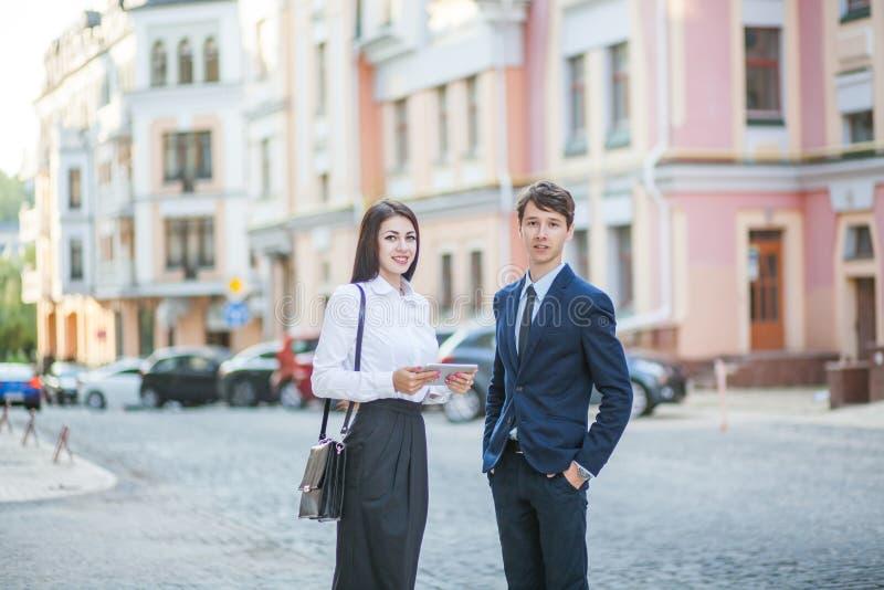 Connaissance et communication d'homme d'affaires, femme d'affaires photographie stock