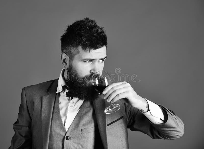 Connaisseur avec le visage sérieux goûtant le vin cher de cabernet photo libre de droits