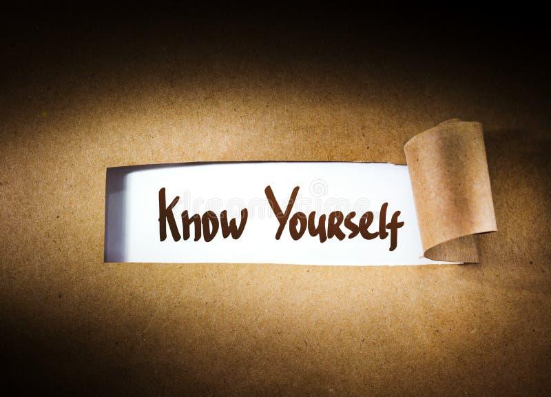 Connaissez-vous apparaissant derrière le papier déchiré photos libres de droits