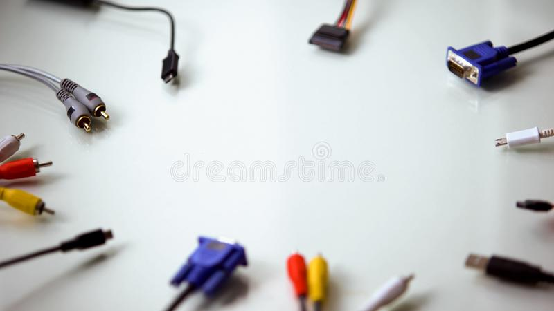 Connecteurs colorés de fil pour l'ordinateur sur le fond blanc, connexion électrique photo stock