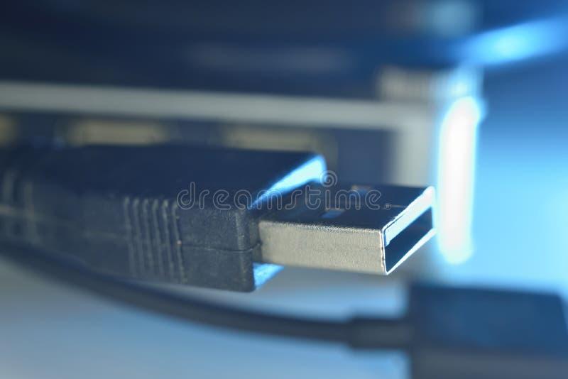 Connecteurs cyan d'usb sur le fil photographie stock