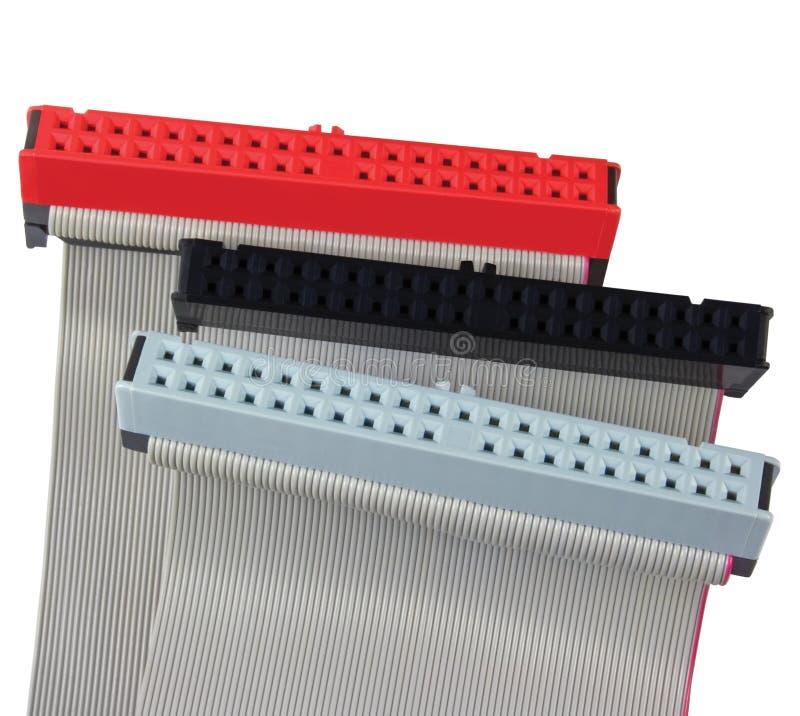 Connecteurs d'ide et câbles plats pour l'unité de disque dur d'ordinateur de PC, d'isolement, rouge, gris, noir, grand macro plan photographie stock