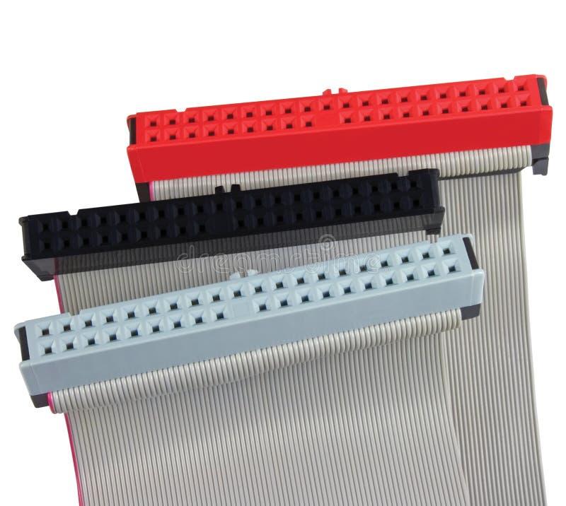 Connecteurs d'ide et câbles plats pour l'unité de disque dur sur l'ordinateur de PC, d'isolement, rouge, gris, noir, macro plan r photos libres de droits