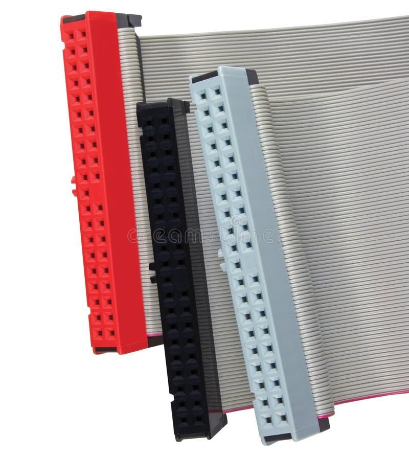 Connecteurs d'ide et câbles plats pour l'unité de disque dur sur l'ordinateur de PC, d'isolement, rouge, gris, noir, macro plan r image libre de droits