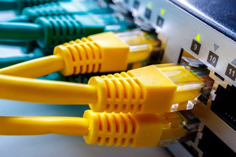 Connecteurs en jaune de commutateur, commutateur pour l'Internet à bande large photo stock