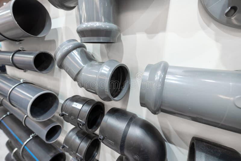Connecteurs pour le conduit d'égout en plastique photographie stock libre de droits