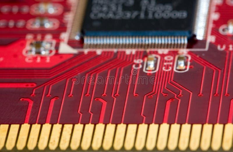 Connecteurs sur une carte rouge de carte imprimée photographie stock