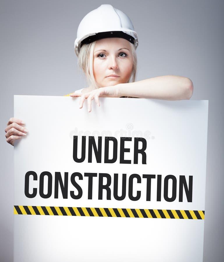 Connectez-vous en construction l'affiche de l'information, femme de travailleur illustration libre de droits