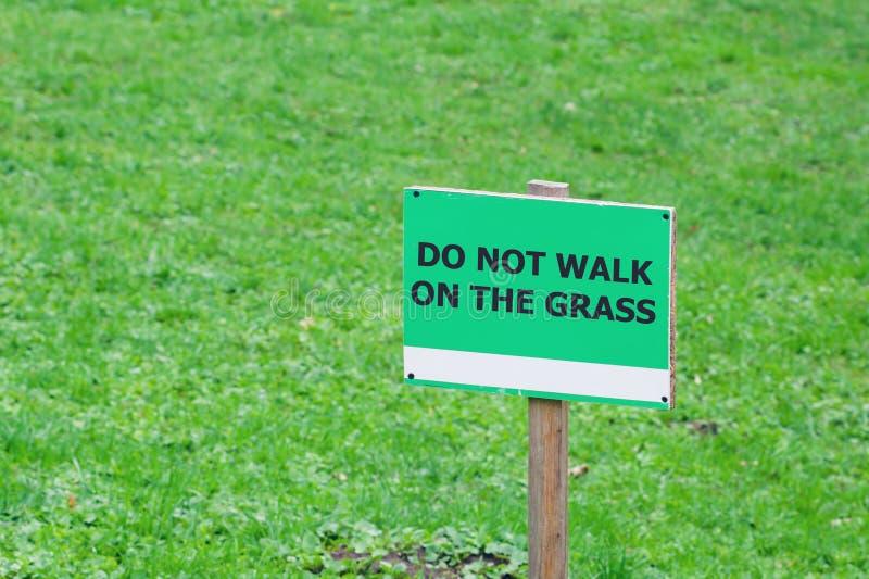 Connectez-vous la pelouse avec l'inscription : ne marchez pas sur l'herbe photographie stock libre de droits
