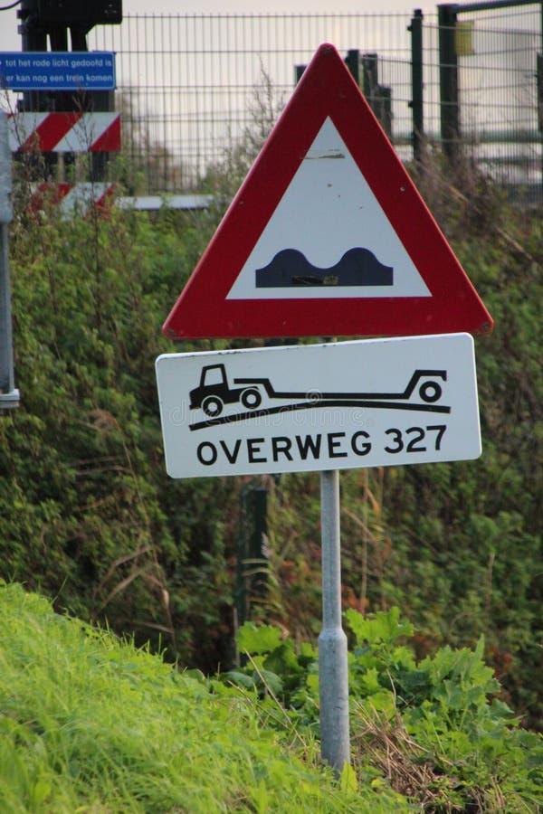 Connectez-vous une route aux Pays-Bas pour avertir pour le prochain croisement de chemin de fer raide images libres de droits