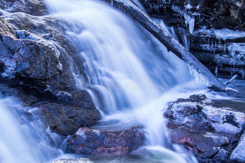Connessione congelata una cascata fotografie stock