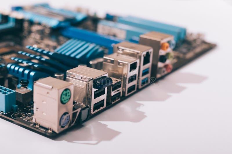 Connettori della scheda madre sulla tavola bianca immagine stock libera da diritti