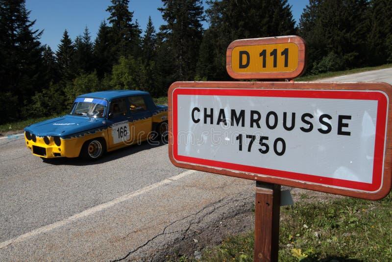 Connexion de voiture de course historique et d'entrée le village images libres de droits