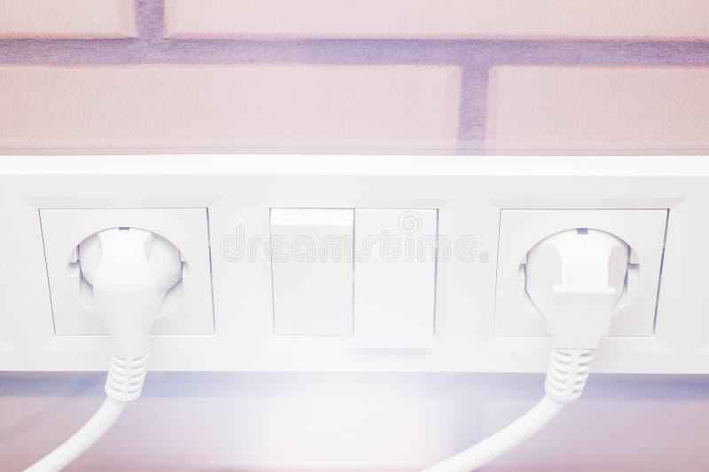 Connexion des dispositifs électriques câblant des prises pour la conception et la construction image libre de droits