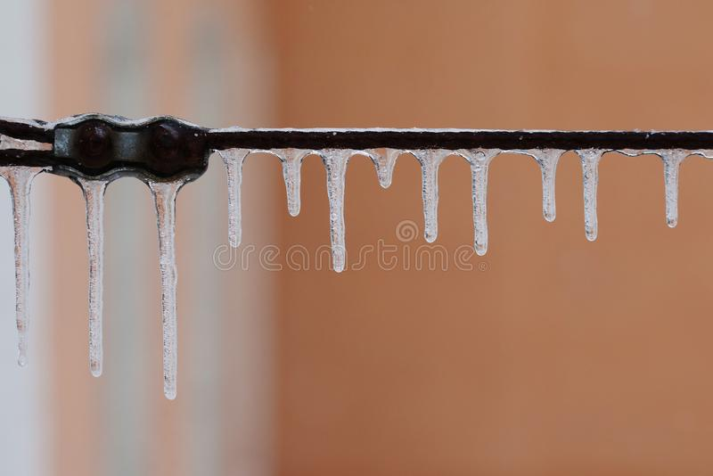 Connexion gelée de fil en métal Câble âgé avec des glaçons Saison d'hiver et fond de temps froid macro vue, foyer mou photo libre de droits