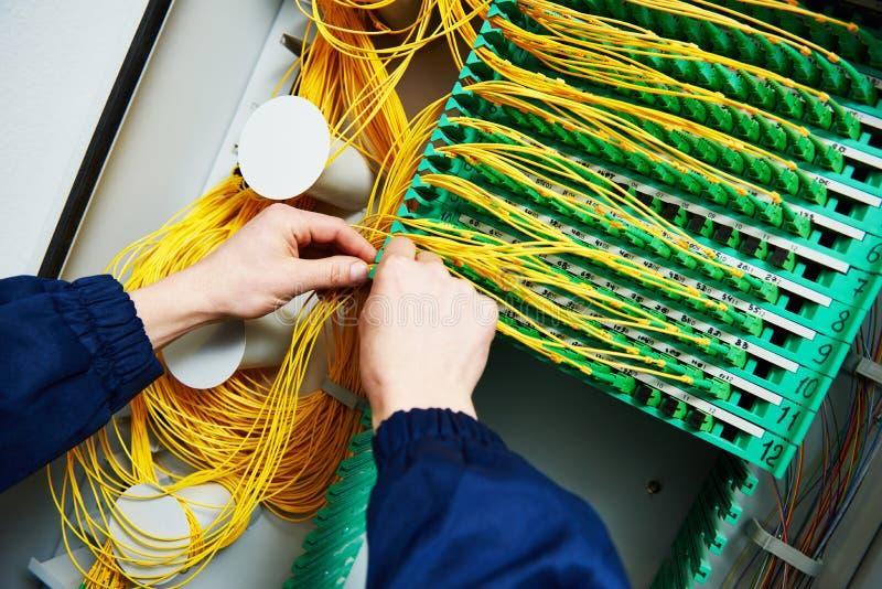 Connexion internet câbles optiques se reliants de fibre d'ingénieur photos stock