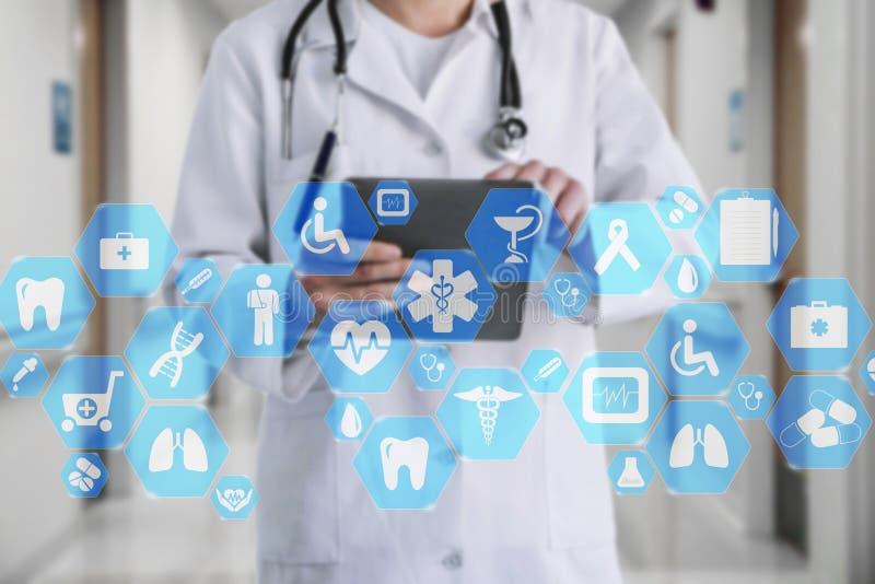 Connexion réseau médicale sur l'écran tactile et le docteur virtuels avec le stéthoscope à l'arrière-plan d'hôpital photo stock