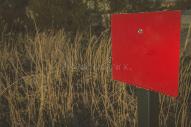 Connexion rectangulaire vide rouge le champ de culture avec l'espace de copie à image stock