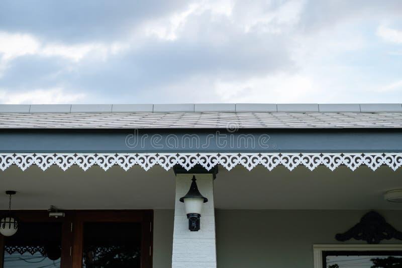 Connexion thaïlandaise de détail de style des tuiles de toit avec le cei de panneau de gypse photos libres de droits