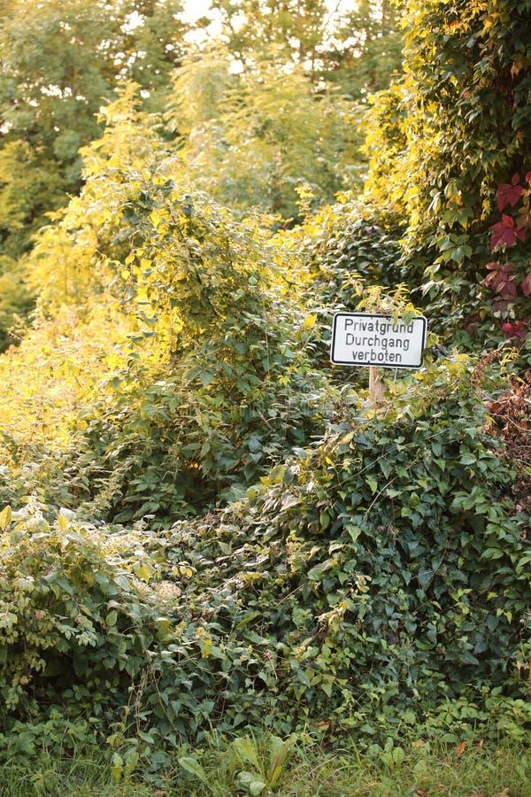 Connexion un endroit envahi en Allemagne Il indique la propriété privée, aucune infraction photo libre de droits