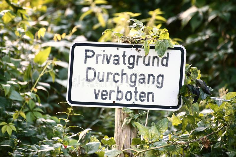 Connexion un endroit envahi en Allemagne Il indique la propriété privée, aucune infraction photographie stock
