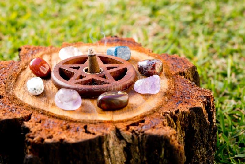 Cono ardiente del incienso en tenedor de incienso de madera del pentáculo en natur imagen de archivo libre de regalías
