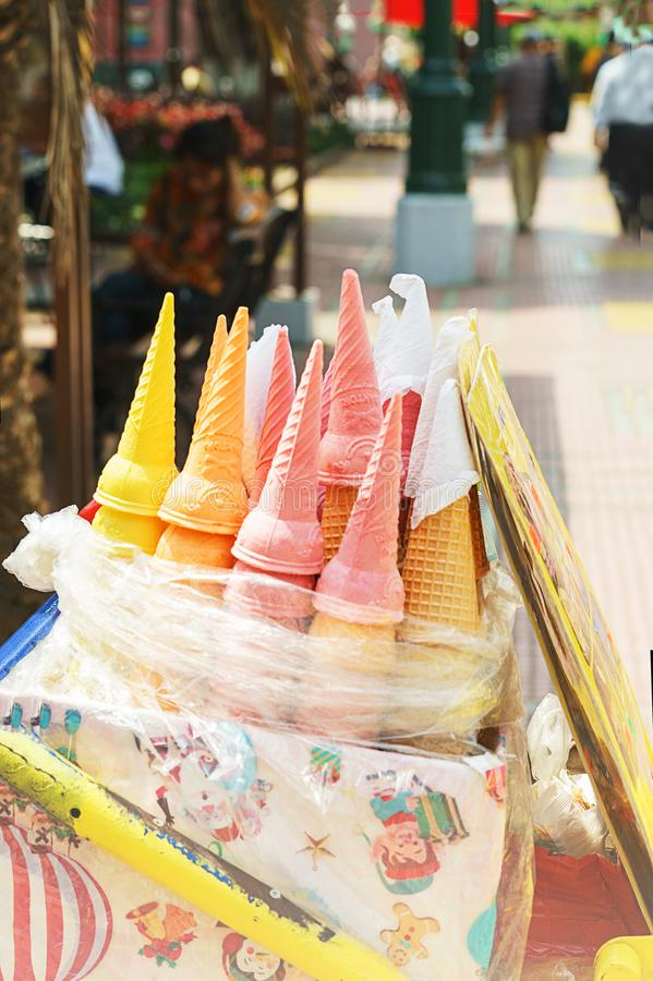Cono colorido de la galleta para el helado en la calle de Lima, Perú imagen de archivo