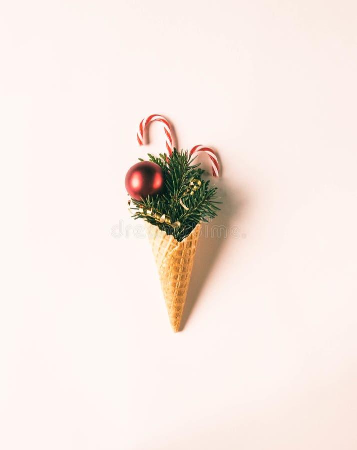 Cono de helado con decoraciones navideñas Concepto mínimo de Navidad Vista superior Copiar espacio Plana Tinta fotos de archivo