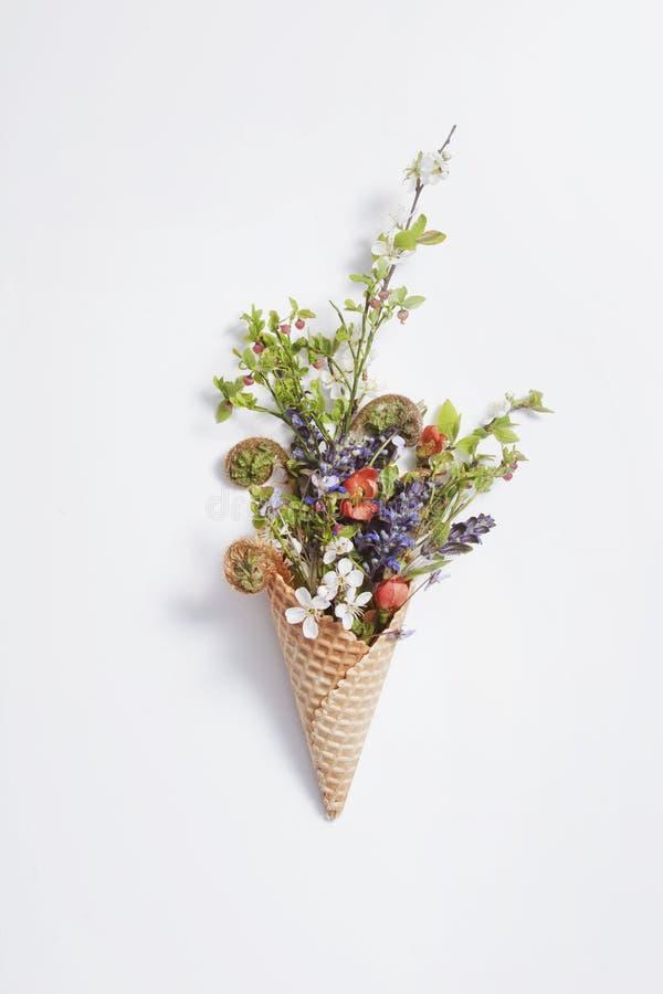 Cono de la galleta con las flores fotografía de archivo libre de regalías